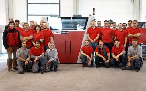 Das Team von voxeljet freut sich über das 100ste installierte 3D-Drucksystem: eine VX1000. (Foto: Bu ...