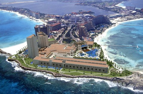 Hyatt Ziva Cancún is located at the tip of Punta Cancún (Photo: Business Wire)