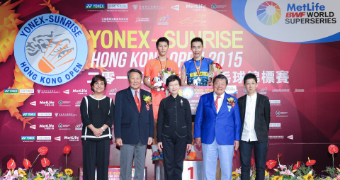 Dr. Nirmala Menon (first from left, front row), Executive Vice President, Head of Designated Markets and Health of MetLife Asia Ltd., presented the awards to men's singles champion, Lee Chong Wei of Malaysia and men's singles 1st runner-up, Tian Houwei of China. (Photo: Business Wire)