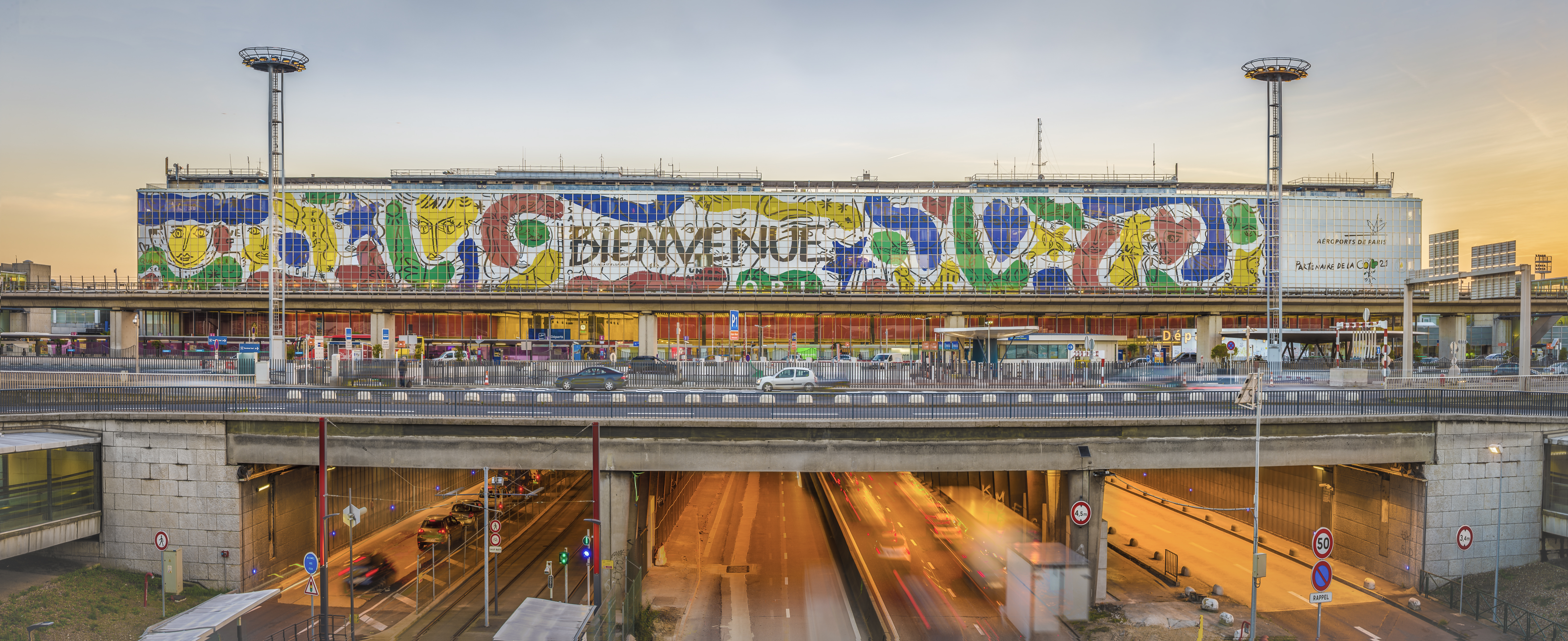 Aeroporto Orly : Contemporary art greets passengers at paris orly airport in the form
