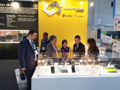 台北國際電腦展創新設計獎海外巡迴展出攤位皆吸引國際買主駐足詢問(照片:美國商業資訊)