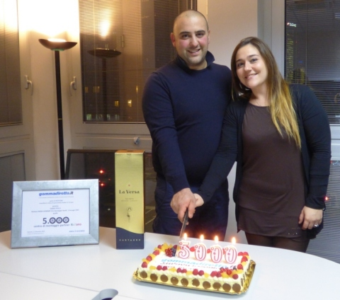 Dario and Cristina Polli von MIDA GOMME, Milano, the 5,000 fitting partner in the service partner network of gommadiretto.it, has been warmly welcomed and awarded. Photo: Delticom AG, Hanover