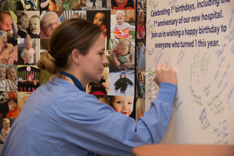 A Saint Joseph Hospital employee signs the hospital's birthday card. The hospital celebrated its 1st birthday in the $623 million facility on 12-13-15. (Photo: Business Wire)