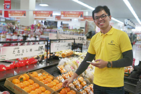 Honestbee Shopper picking up groceries for customers (Photo: Business Wire)