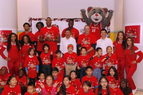 ZTE Volunteer and NBA super star at Season of Giving Charity Event (Photo: Business Wire)