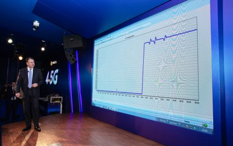 Turkcell CTO Ilker Kuruoz explains the results of the live demo during which Turkcell reached 1200 M ...