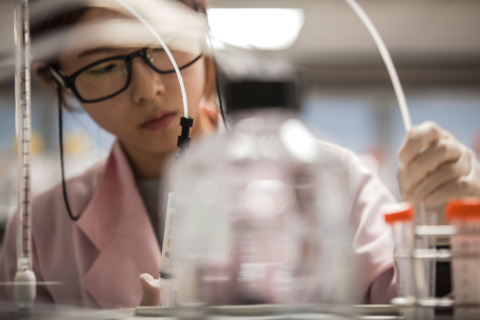 An engineer at the Samsung Bioepis R&D Center (Photo: Business Wire)