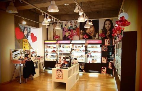 バレンタインデーを控え、東京の 韓国コスメのセレクトショップ、スキンガーデン  はシーズンに合わせた様々な韓国化粧品を取り揃え、客を迎えている。 (Photo: Business Wire)