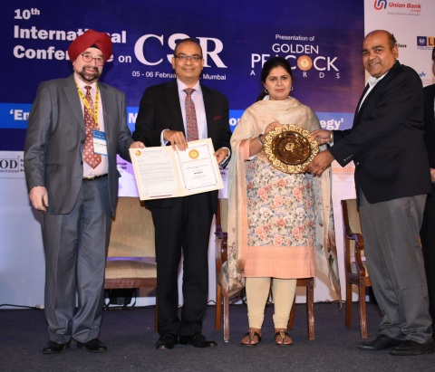 Keshav R. Murugesh, Group CEO, WNS and Chairman Nasscom BPM Council along with R. Swaminathan, Chief People Officer, WNS receiving the 2015 Golden Peacock HR Excellence Award from the Hon'ble Minister. (Photo: Business Wire)