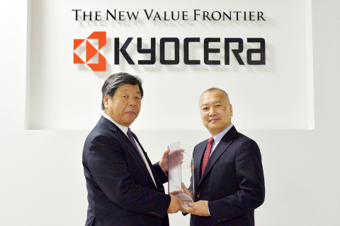 Junichi Jinno, General Manager of Corporate Legal and Intellectual Property Group at Kyocera (left) receiving the trophy from Mr. Hirofumi Hino, Vice President and Head of Japan Professional Services IP & Science, at Thomson Reuters (right) (Photo: Business Wire)