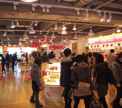 東京・新宿にある代表的な韓流コスメショップ、スキンガーデン(SKIN GARDEN)では卒業・入学シーズンを迎えプレゼントを買い求める人たちでにぎわっている。 (写真:ビジネスワイヤ)