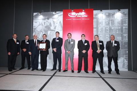Ryder Mexico executives presenting one of the Service Excellence Awards to the Mexican carrier, Transportes Logísticos de Carga, S.A. de C.V. (Photo: Business Wire)