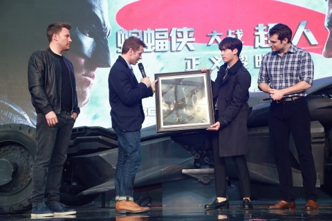 (left to right) Ben Affleck, director Zack Snyder and Henry Cavill from Warner Bros. Pictures' Batman v Superman: Dawn of Justice, present a gift of concept art to Li Yifeng (2nd from right), the film's Chinese Spectator Ambassador, at a fan engagement event at Indigo Mall in Beijing, China, on Saturday, March 12, 2016. (Photo: Business Wire)