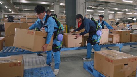 背部支撑辅助套装:松下研发出提供背部支撑的AWN-03。当举起和挪动重物时,AWN-03帮助将使用者腰部的压力减轻15公斤。(照片:美国商业资讯)