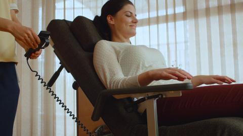 电动护理床和电动全躺轮椅的成功结合:Resyone床从中间分开,其中一半变成一个躺卧式轮椅。(照片:美国商业资讯)