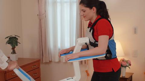 自理机器人:自理机器人帮助老年人离床去上厕所、坐椅子等,让他们能够实现日常生活自理,例如,上厕所和看电视等。(照片:美国商业资讯)
