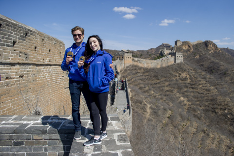 U.S. Olympic gold medalist and Team Visa athletes Meryl Davis and Charlie White, led a delegation of 1,000 U.S. visitors in a climb of the Jinshanling section of the Great Wall, on March 25, 2016. Davis and White are working with Visa, a sponsor of the 2016 U.S.-China Tourism Year, in an effort to boost tourism, business and understanding between China and the U.S. (Photo: Business Wire)