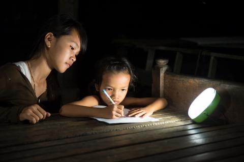 パナソニックのソーラーランタンが、カンボジアの無電化村にて夜間の学習に活用(写真:パナソニック株式会社)