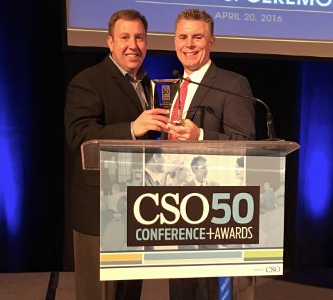 昆泰首席信息安全官Charles Newberry(右)领取CSO50大奖。(照片:美国商业资讯)