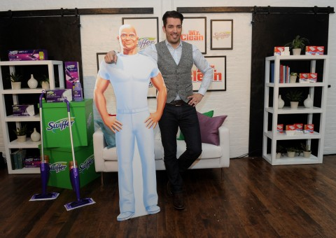 """Home design expert and """"Property Brother"""" Jonathan Scott hosts a Swiffer and Mr. Clean event in New York, Tuesday, May 17, 2016, to show how easy it is to achieve and maintain a clean slate when moving.  (Diane Bondareff/Invision for Procter & Gamble/AP Images)"""