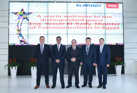 Egyptian Minister of Communications and Information Technology Eng. Yasser El-Kady (middle), Chief Marketing Officer of ELARABY Mr. Mohyielden Elaraby (2nd from the left) and General Manager of TCL Strategic Customer Business Center Mr. Liang Tiemin (1st on the right) and TCL Multimedia's Chief Finance Officer Mr. Michael Wang (2nd from the right) attended the Signing Ceremony (Photo: Business Wire)