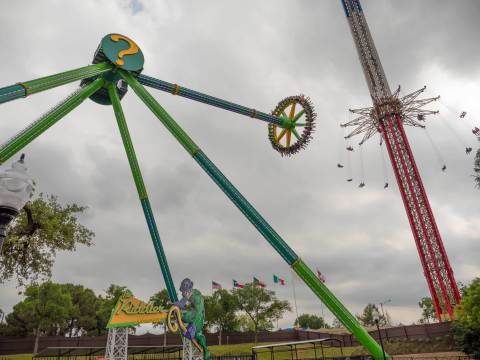 THE RIDDLER Revenge will send guests on a dizzying journey by swinging them back and forth while rotating counterclockwise. The ride will propel 40 riders at speeds of nearly 70 miles per hour higher and higher until they experience a feeling of weightlessness at 147 feet in the air. (Photo: Business Wire)