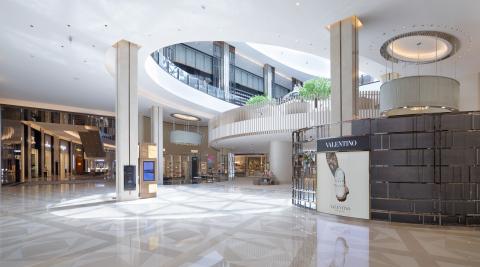 專為時尚愛好者而設的T Galleria新濠天地店,其升級版體驗於六月揭幕,提供 31 個全新的時裝及配飾品牌,包括 Louis Vuitton、Dior、Prada、 Miu Miu 及 Fendi。(照片:美國商業資訊)