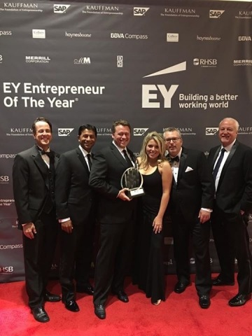 Kevin Miles (CEO) and Zoës Kitchen executive team accept EY Entrepreneur of the Year 2016 Retail Award for Southwest Region at Dallas gala event (Photo: Business Wire)