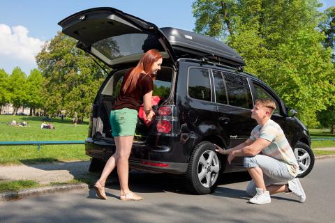 Una inspección del vehículo y de los neumáticos garantiza un inicio de las vacaciones seguro y libre ...