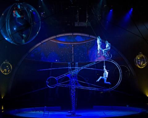 Haciendo su debut en Estados Unidos, la Rueda Simet requiere de increíble balance y destreza, mismos que los artistas demuestran como astronautas explorando la galaxia. (Foto: Business Wire)