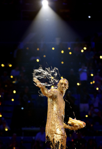 NBA All-Star Kobe Bryant Honored with Legend Award in Gold Slime Dousing at Nickelodeon's 'Kids' Choice Sports 2016' (Photo: Nickelodeon)