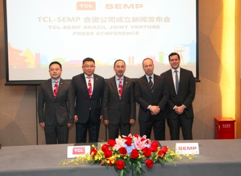 TCL Multimedia's Chief Executive Officer Mr. BO Lianming (middle), Chief Financial Officer Mr. Michael Wang (2nd on the left), Executive Deputy General Manager of Overseas Business Centre Mr. Farris Xie (1st on the left), CEO of SEMP TCL JV Company Dr. Ricardo Freitas (2nd of the right) and VP of SEMP Mr. Felipe Hennel Fay (1st on the right) attended the Joint Venture Press Conference (Photo: Business Wire)