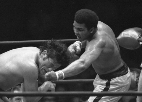 """Keio Plaza Hotel Tokyo will hold """"Sports Photograph Exhibition"""" in this autumn, 2016. This photo is a picture of Muhammad Ali scoring a jab to the left cheek of Antonio Inoki during their fight held in June 1976. (Source: Sports Nippon Newspapers)"""