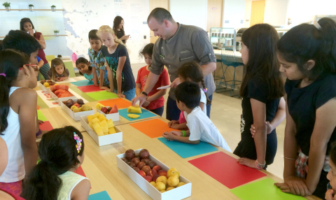 Executive Chef Brian West leads a Healthy Kids in the Bon Appétit Kitchen pilot class on a corporate campus. (Photo: Business Wire)