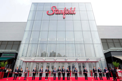 Developed by Taubman Asia and Shinsegae Group, Starfield Hanam shopping center opened today in Hanam, Gyeonggi Province, South Korea with nearly 300 stores, approximately 98 percent of them opening. The ribbon cutting for Korea's largest western style mall included Taubman Chairman, President and CEO Robert S. Taubman, René Tremblay, president Taubman Asia, Yong-Jin Chung, group vice chairman of Shinsegae Group, Jing-Soo Lee, deputy mayor of Hanam, Hyun-Jae Lee, National Assembly member and other special guests. (Photo: Business Wire)