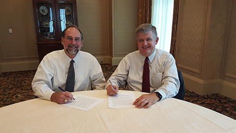 Freight Shuttle International Chairman and President, Dr. Steve Roop and Port of Houston Authority Executive Director Roger Guenther sign Memorandum of Understanding. (Photo: Business Wire)