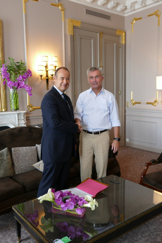 Thales-LeoSat Sign Phase B Contract. Left - Thales Alenia Space CEO Jean-Loic Galle. Right - LeoSat CEO, Mark Rigolle (Photo: Business Wire)