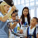 表彰式に参加した子どもたちは、パラリンピックと世界の多様性について理解を深めるため、大会期間中に選手村、放送施設、競技会場を訪れ、パラリンピアンや報道関係者へインタビューを行った。(写真:ビジネスワイヤ)