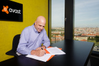 Avast CEO Vince Steckler signing AVG contract (Photo: Business Wire)