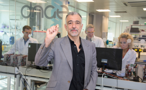 Professor Chris Toumazou, Founder and Executive Chairman DNAe, at the Company's London R&D facilities. Copyright DNAe. (Photo: Business Wire)