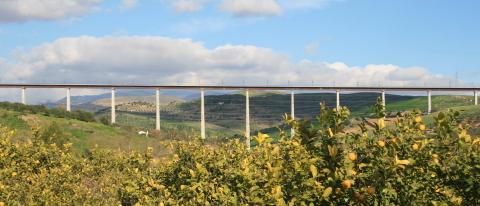 El viaducto mixto empujado de Arroyo de las Piedras, en Málaga, España (Photo: Business Wire)