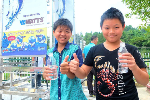 Boys from the Luoxiang Center Primary School enjoy their new drinking water. (Photo: Business Wire)