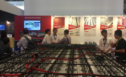 Duckshin Housing (KOSDAQ 090410), the top manufacturer of construction deck plates in Korea, participated in Build Tech Asia 2016, an international construction expo held in Singapore. Explaining about Speed Deck to the customer at Duckshin Housing booth # J01A in Build Tech Asia 2016. (Photo: Business Wire)