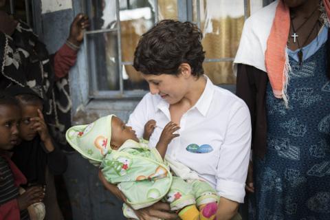 """Jasmin Gerat ist Aktionsbotschafterin der Initiative """"1 Packung = 1 lebensrettende Impfdosis*"""" von Pampers für UNICEF"""