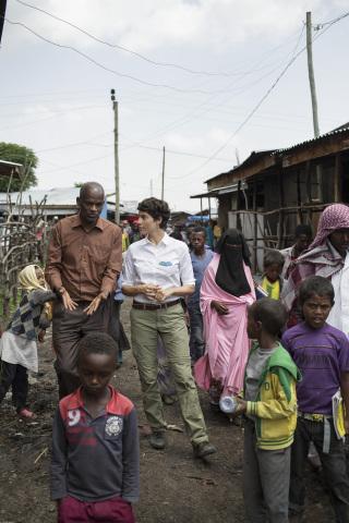 Aktionsbotschafterin Jasmin Gerat informiert sich vor Ort über die Lebensumstände der Menschen und die Arbeit der Helfer von UNICEF
