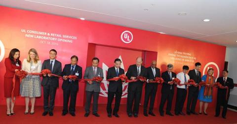 Ceremonia de inauguración del nuevo laboratorio de UL en Vietnam.