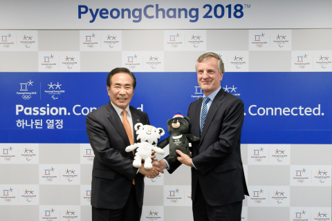 From left: Hyungkoo Yeo, Executive Vice President and Secretary General of the PyeongChang Organizing Committee for the 2018 Olympic and Paralympic Winter Games; Vivian Lines, Global Vice Chairman and Asia-Pacific Chairman, Hill+Knowlton Strategies with PyeongChang 2018 mascots (Photo: Business Wire)