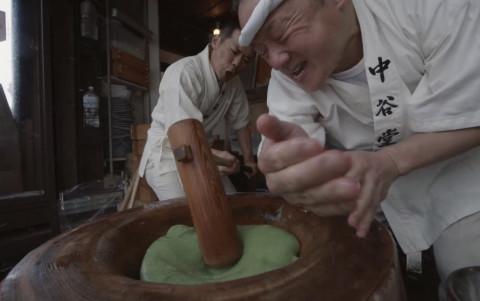 Images du film [Riz pilé à grande vitesse : Nakatanidou] : dans cette boutique populaire de fabrication de gâteaux au riz yomogi-mochi, deux artisans pilent du riz avec grande précision et vitesse pour former un mochi. (Photo : Business Wire)