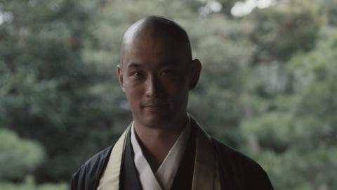 Images du film [Service du matin] : plusieurs visiteurs déclarent qu'ils souhaitent faire l'expérience de la lecture du matin des soutras bouddhistes dans un temple. (Photo : Business Wire)