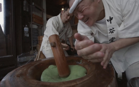Images from the movie [High-speed mochi pounding: Nakatanidou] In this popular yomogi-mochi rice cake shop, a pair of craftsmen pound the rice with high precision and speed into a rice cake. (Photo: Business Wire)